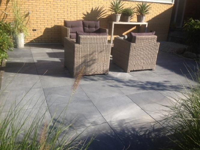 Terras aanleg met natuursteen tegels: Vietnamees hardsteen Sandblasted ...: totaalbestrating.nl/projecten/natuursteen-terras-drachten