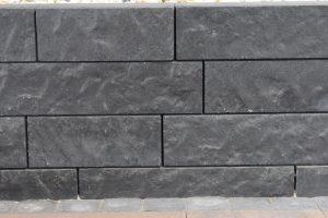 De rockwalling is een prachtig robuust muurblokje van beton; bloembak van beton