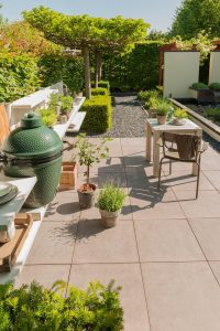 Stoere en tijdloze betonlook betontegels van Excluton vindt u bij Totaal Bestrating