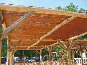 Wilgeteenmatten als dak gebruiken