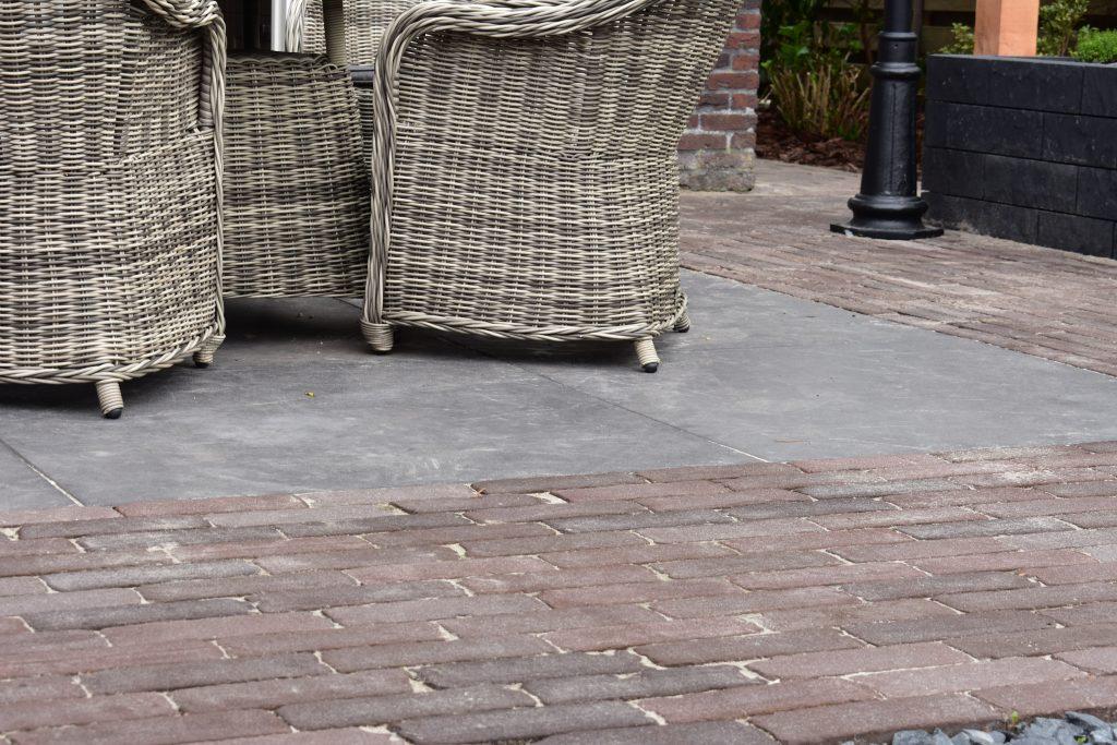 gebakken bestrating met 100x100 betontegels