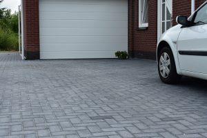 Oprit bestraat met betonklinkers antraciet; Totaal Bestrating levert een ruim assortiment betonklinkers