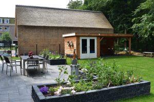 Tuin aangelegd met soft finish wildverband grezzo gecombineerd met de catrock getrommeld en een douglas overkapping