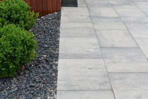 basaltsplit met grijs antraciete betontegels