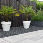 zwarte verticale schutting grijs antraciete betontegels