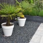 basaltsplit met rock walling en grijs antraciete betontegels