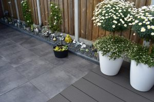 Totaal Bestrating legt ook tuinen aan, bij ons kunt u terecht voor terrastegels, schuttingen, composiet vlonders