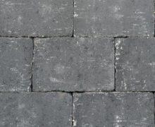 Getrommelde betonstenen in een prachtig zwarte kleur voor terras, pad en oprit; authentiek; zomers; getrommeld