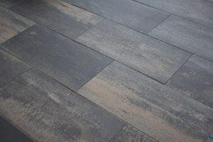 Donkere betontegels 40x80cm met een gele kleur