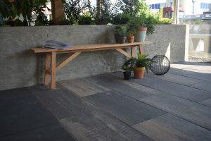 Donkere betontegels met een klein beetje kleur