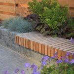 houten zitplek op betonnen bloembak