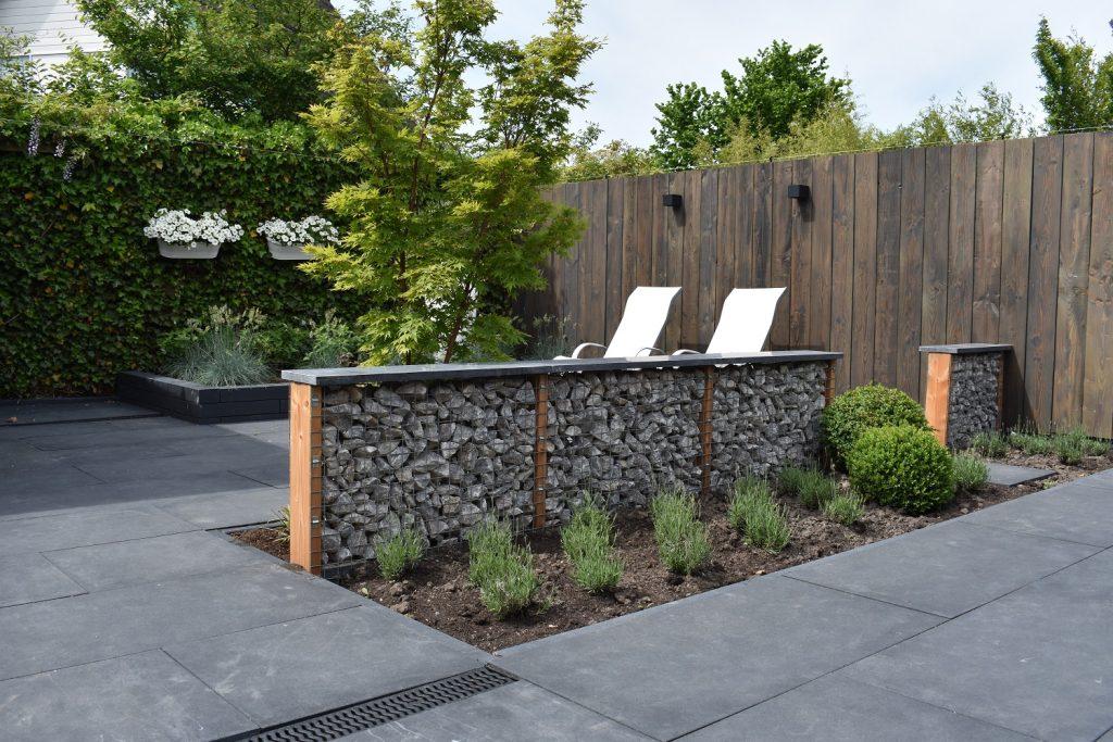 verticale douglas schutting met langwerpige betontegels