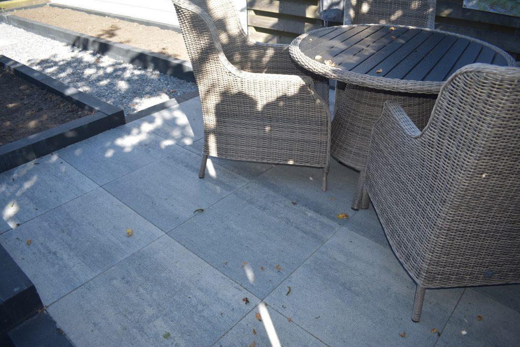 grjis/zwarte betontegels vind je bij Totaal Bestrating