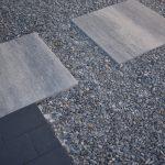 grijs/zwarte 60x60 tegels in combinatie met 20x30 stenen en ardennergrijs split