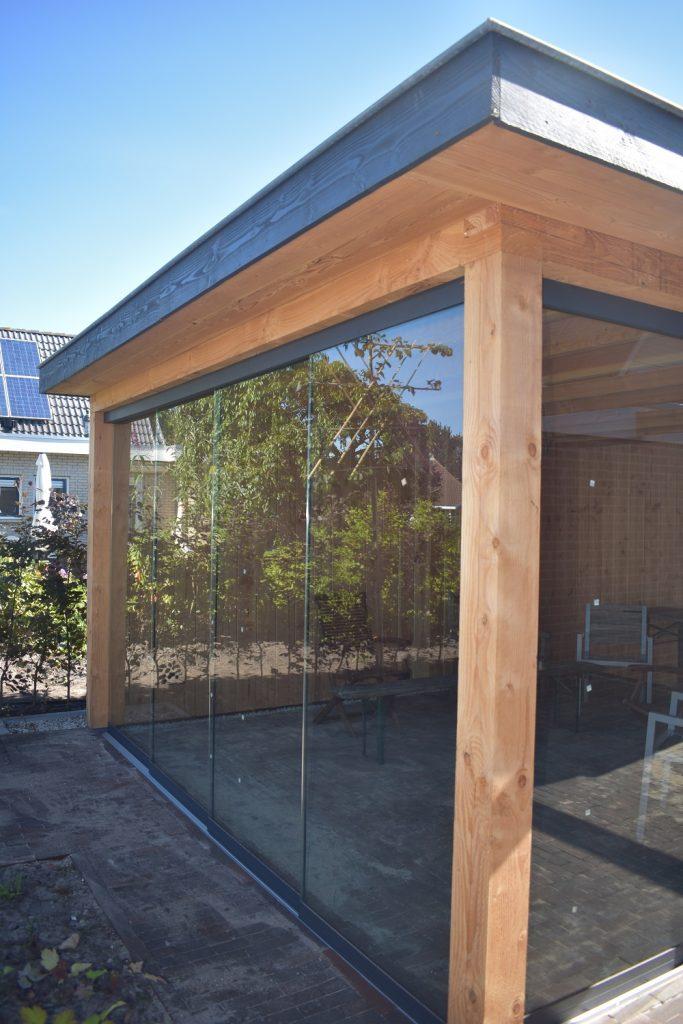 douglas overkapping geplaatst door Totaal Bestrating met glazen schuifwand