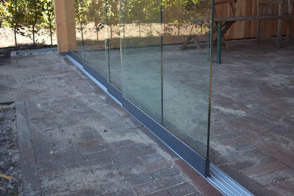 glazenschuifwand in Douglas overkapping
