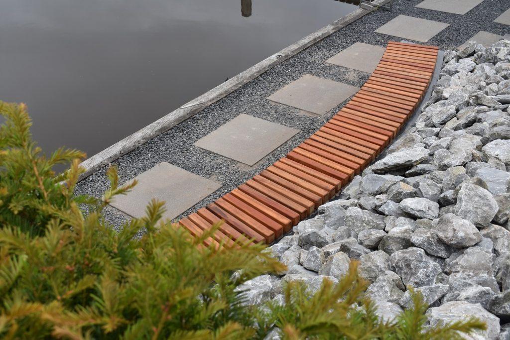 Metalen perkbank antraciet met houten zitvlak geleverd door totaal bestrating
