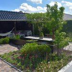 landelijke tuin met Douglas kapschuur, oud gebakken waalformaat, vijvers en wit grind