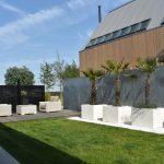 Zinken schutting met polyester plantenbakken geleverd door Totaal Bestrating