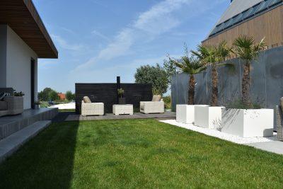 Luxe tuin met Schellevis, vlonderplanken, buitendouche & zinken schutting