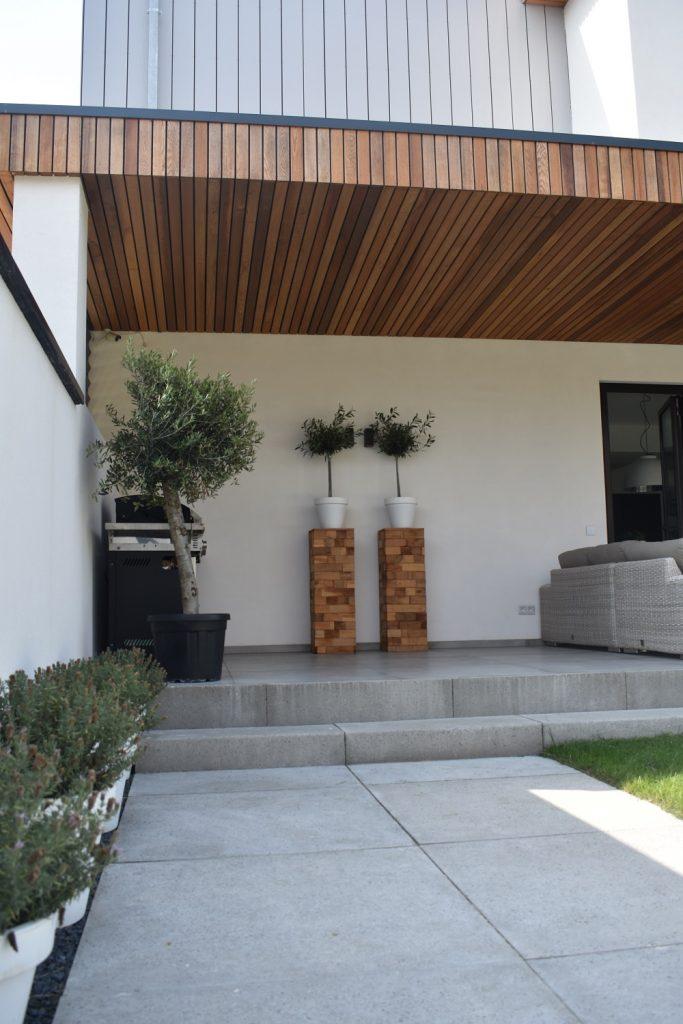 Schellevis 100x100 , traptreden en kantopsluiting grijs bij witte woning
