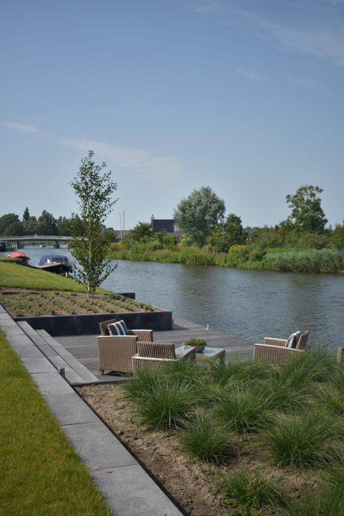 Vlonder aan het water met KAPUR planken en oud hollands schellevis antraciet