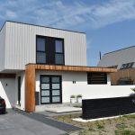 Voorkant woning met zwart element, oud hollandse tegels& kantopsluiting geleverd door Totaal Bestrating
