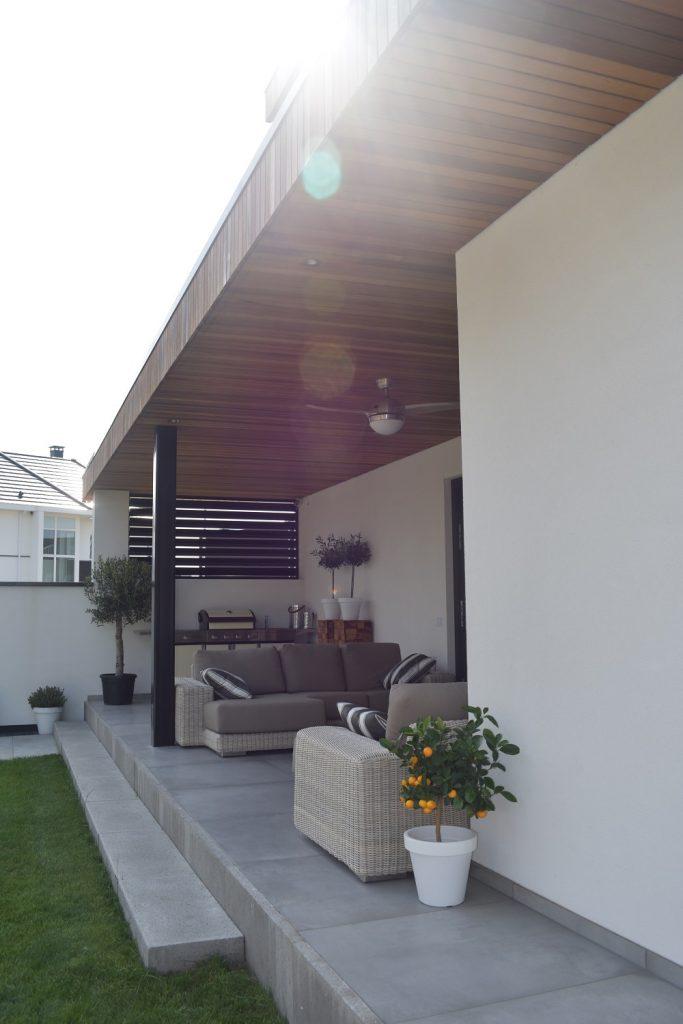 terras aan de zijkant van de woning met Schellevis materialen en grote keramische tegels