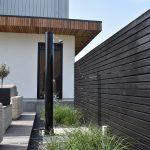 Buitendouche met houten element zwart en beplanting