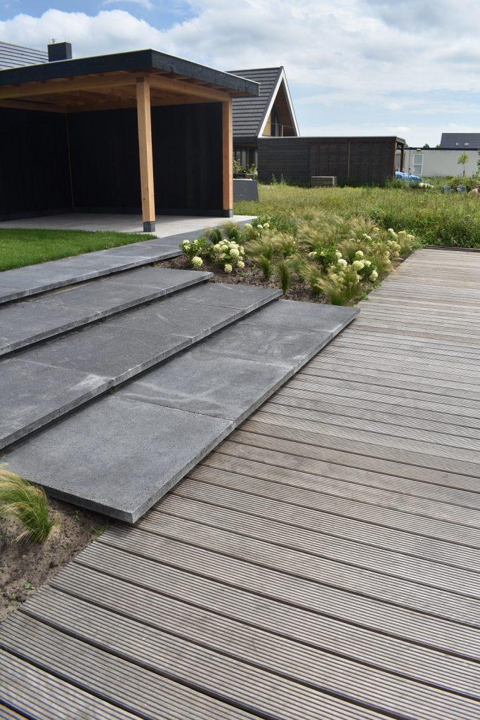 Trap van Oud Hollandse tegels bij een hardhouten vlonder