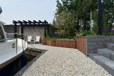 Grote strakke achtertuin aan het water