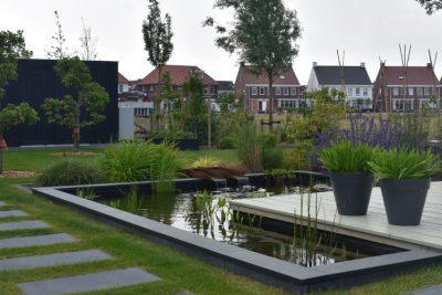 Landelijke tuin in nieuwbouw wijk