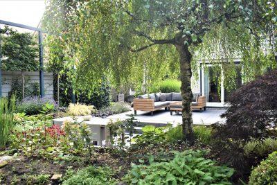 Geniet van de rust in deze groene tuin