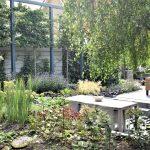 Eettafel in groene tuin